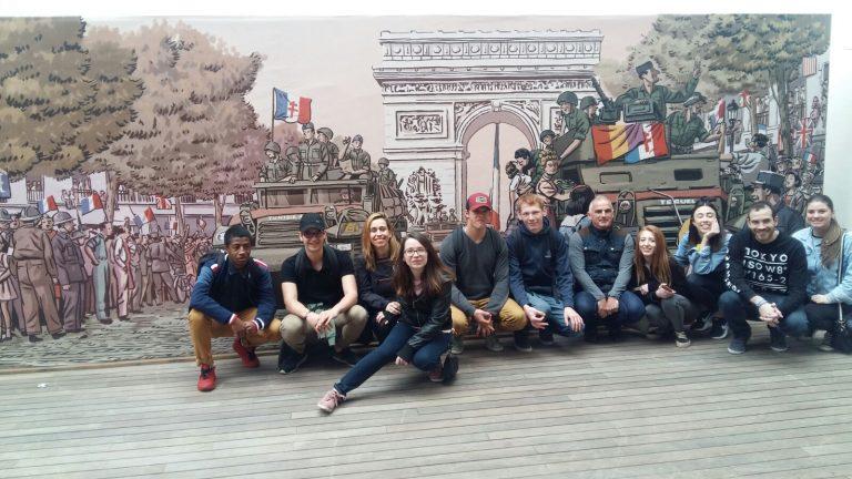 Alumnat de l'IES Joan Fuster de Sueca i del LGT Les Catalins de Montelimar (França) compartint un dia faller a València