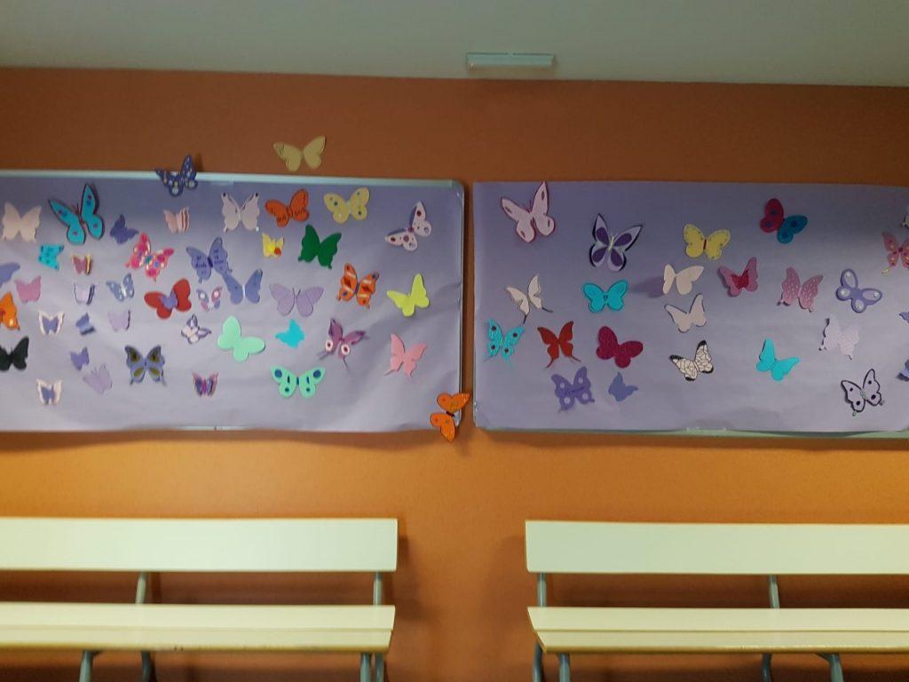 Papallones al hall en commemoració del Dia contra la Violència contra la Dona